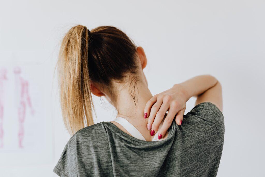 Ragazza con mal di schiena