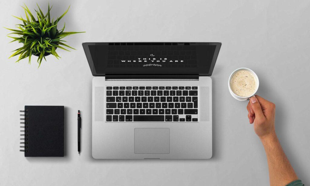 computer e caffè lavoro da casa