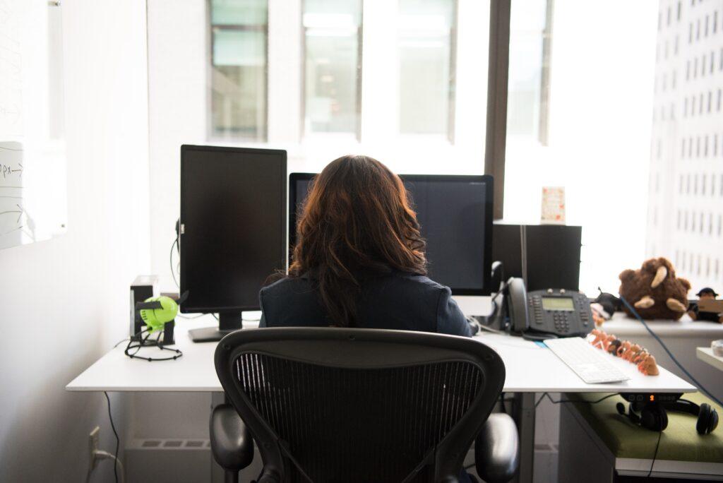 regolazione sedia ufficio